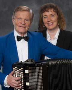 Suomalaisessa hanurikonsertissa esiintyvät Veikko Ahvenainen sekä hänen vaimonsa Carina Nordlund.